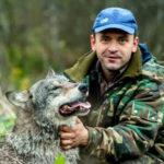 Волчица отблагодарила лесника за его доброту